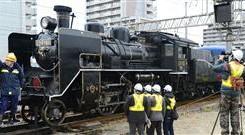 実験走行に向け名古屋市内の車庫に到着した蒸気機関車C56形160号機=11日午後